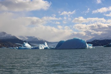 Photo sur Aluminium Sightseeing Rios de Hielo Cruise ship boat near glaciers Upsala and Spegazzini in Patagonia, Argentina