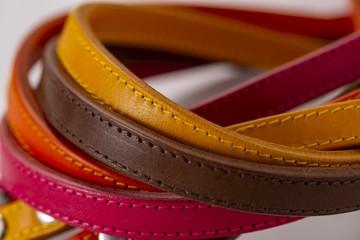 カラフルな革製品
