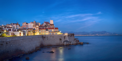 Fototapete - Panoramic view of Antibes at dusk, France