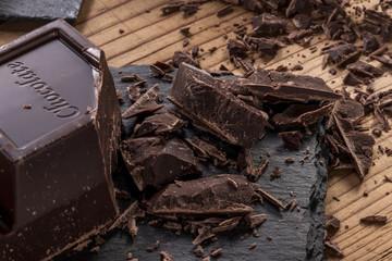 Cioccolato fondente a blocchi con pezzi tagliati