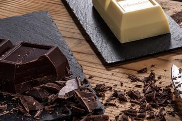 Cioccolato bianco e fondente a blocchi con pezzi tagliati