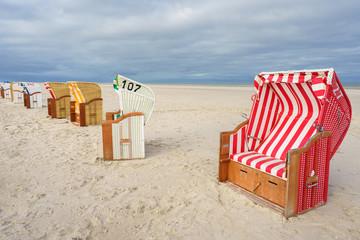 Fototapete - Strandkörbe am Meer