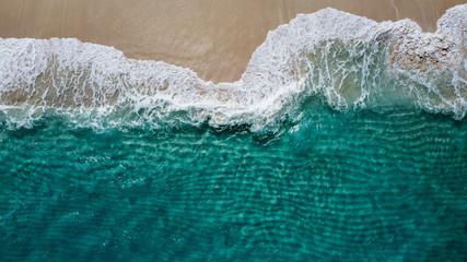 Traumhafter Strand und seichte türkise Ozeanwellen