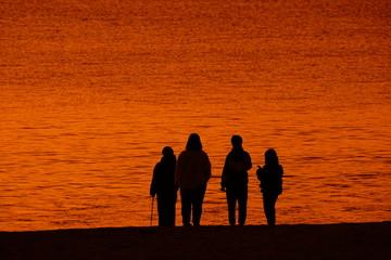 Foto auf Leinwand Ziegel 光る海とシルエット
