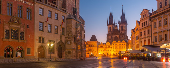 Wall Mural - PRAGUE, CZECH REPUBLIC - OCTOBER 16, 2018: The Orloj on the Old Town hall, Staromestske square and Our Lady before Týn church at dusk.