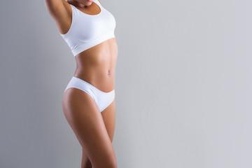 Fototapeta premium Wykadrowana z czarnej kobiety demonstrującej swoje piękne ciało