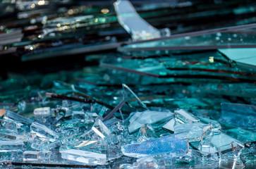 Zerbrochene Glasscheiben im Altglas Container