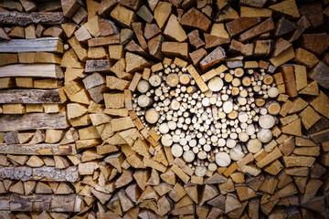 Poster de jardin Texture de bois de chauffage Gestapeltes Feuerholz in der Form eines Herzens