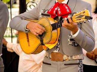 Mariachi tocando guitarra pequeña