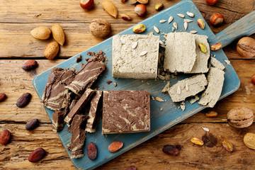 halva dolce tipico al cioccolato e semi vari