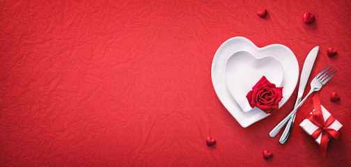 Fond de hotte en verre imprimé Pays d Asie Red table setting cutlery for valentines days dinner