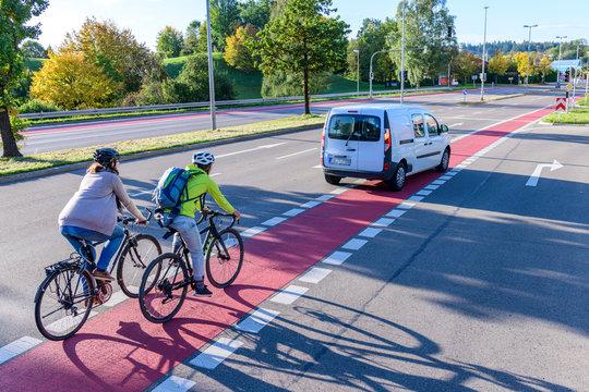 Verkehrssituation mitt Auto und Radfahrer