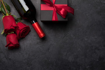 Foto auf AluDibond Individuell Valentines day gift box, wine and roses