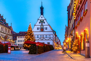 Decorated and illuminated Christmas street and Market square in medieval Old Town of Rothenburg ob der Tauber, Bavaria, southern Germany Fototapete