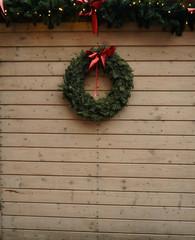 Obraz Świąteczny wianek na drewnianym tle  - fototapety do salonu