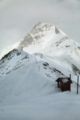 Fototapete - Ski slopes on high mountains near the peak, gloomy weather mist