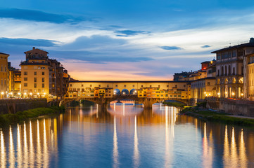 Fotomurales - Ponte Vecchio - the bridge-market in the center of Florence, Tuscany, Italy at dusk
