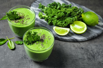 Autocollant pour porte Fleur Tasty kale smoothie with chia seeds on grey table
