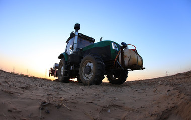 Poster Motorise The tractor in farmland farming