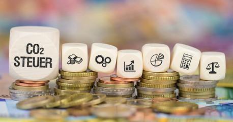 CO2 Steuer auf Münzenstapel