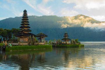 La pose en embrasure Bali Ulun Danu Temple in the Morning
