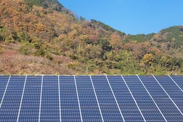 山中の太陽光パネル