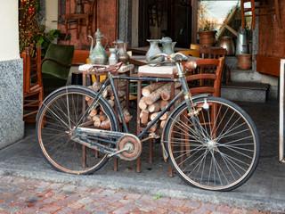 Photo sur Aluminium vintage bicycle displayed outside a junk shop