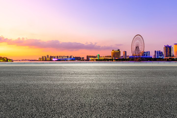 Photo sur Plexiglas Autoroute nuit Empty asphalt highway and Suzhou city skyline with beautiful colorful sky at sunset.