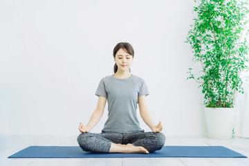 瞑想する女性 ヨガ