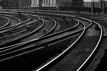 Eisenbahn Gleise Kurven Weichen Signale schwarz weiß Kontrast Hamburg Hauptbahnhof Einfahrt Hauptstrecke Morgen Dämmerung Technik Verkehr Struktur Kontrast Deutschland Fototapete