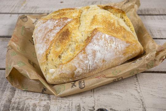 boule de pain sur une table en bois