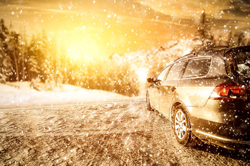 Foto auf Acrylglas Gelb Schwefelsäure winter car and road of snow with frost