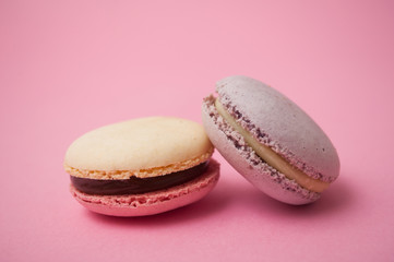 Foto auf Leinwand Macarons Closeup of french macarons on pink background