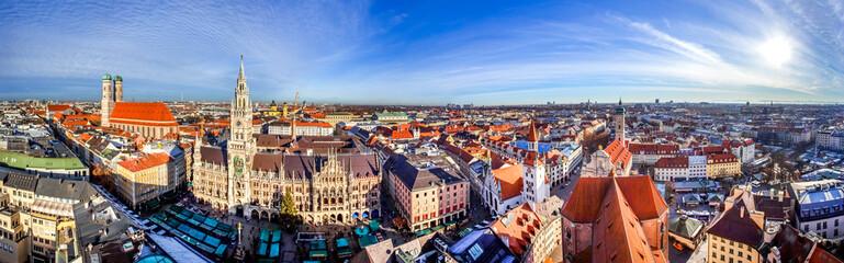 Wall Mural - Panoramablick über die Stadt München mit Frauenkirche, Rathaus und Blick zu den Alpen, Bayern, Deutschland