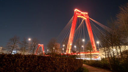 Photo sur Aluminium Rotterdam Willemsbrug in Rotterdam by night