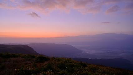 Foto auf AluDibond Flieder 雲海と朝焼けに沿まる阿蘇の田園風景@熊本