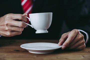 珈琲を飲むビジネスマン