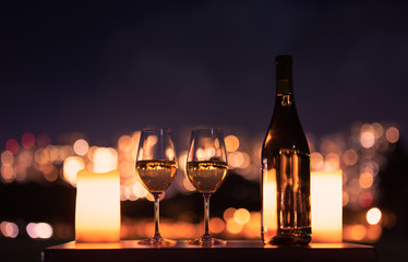 Tuinposter Wijn Candlelight dinner with wine and romantic city view.