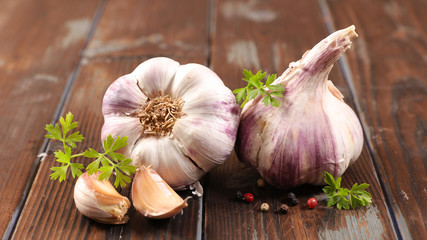 garlic clove and bulb on wood background Fotobehang