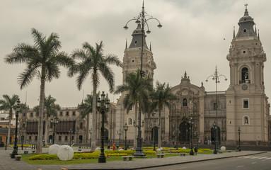 Blick auf die Kathedrale von Lima am Place d'armes