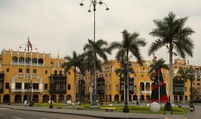 Menschenleerer Place d'armes  in Lima mit Palmen