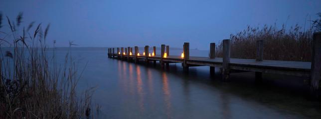 Fotomurales - romantische Kerzen am Steg