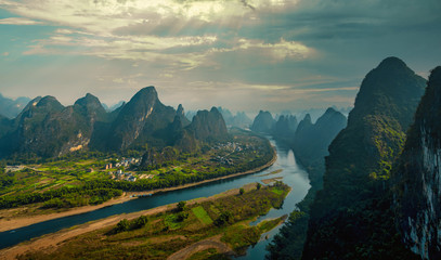Foto op Plexiglas Groen blauw The mountains and river landscape in Guilin, China in winter.