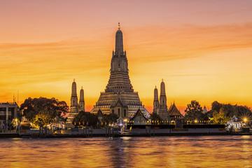 Poster Bangkok golden hour at wat arun temple in bangkok, thailand(Temple Of Dawn)