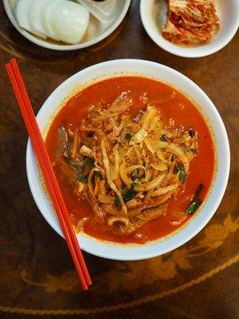 아시아 음식 중국스타일의 매운 해물 채소 국수, 짬뽕
