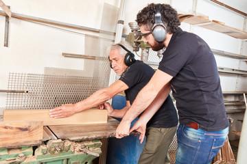 Schreiner Meister und Azubi mit Gehörschutz