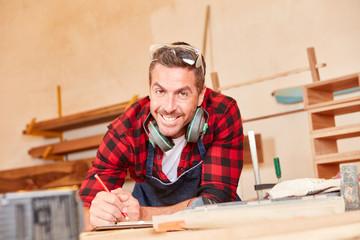 Junger Handwerker mit Bleistift und Checkliste