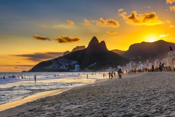 Fotomurales - Sunset view of Ipanema beach, Leblon beach and the Mountain Dois Irmao in Rio de Janeiro. Brazil