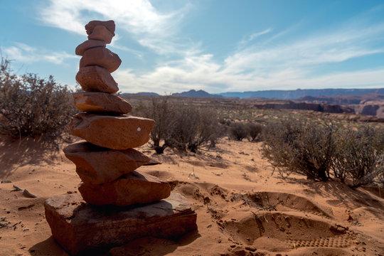 Gestapelte Steine in Steppe im Nationalpark der USA