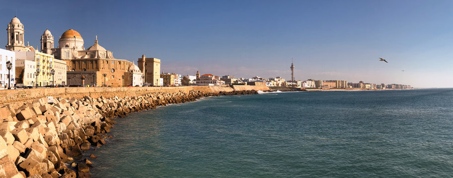 Panoramic view of the coastline of the city of Cadiz, its historic cathedral and coastal buildings.
